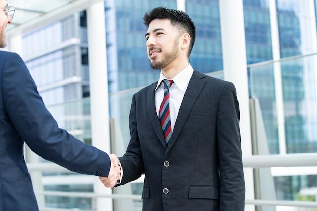握手のビジネスマン