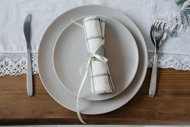 クリスマステーブルの設定。休日の装飾。
