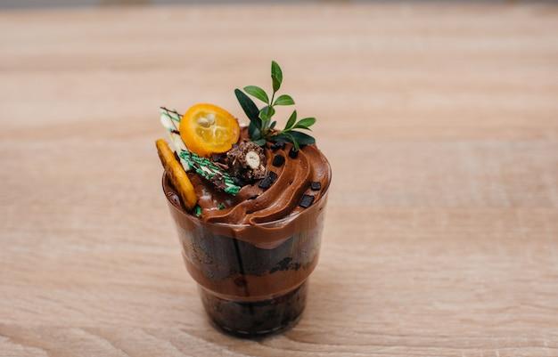 Красивая и аппетитная мелочь крупным планом на столе с местом для подписи. торт