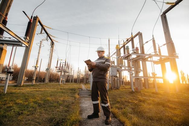 エネルギーエンジニアは、変電所の機器を検査します。パワー工学。業界