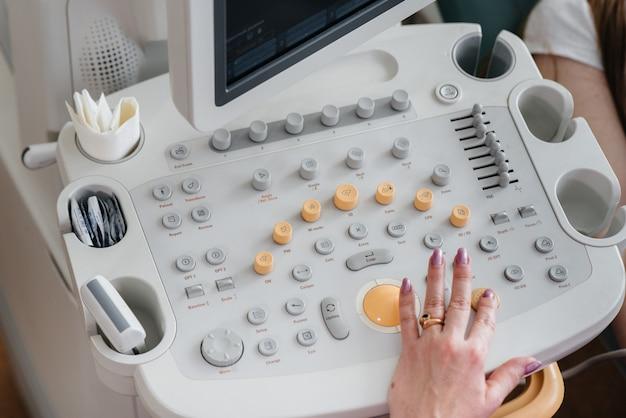 妊婦の診察中の超音波装置の拡大図。健康診断