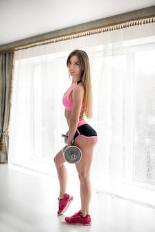 Красивая спортивная девушка в задницу крупным планом. фитнес