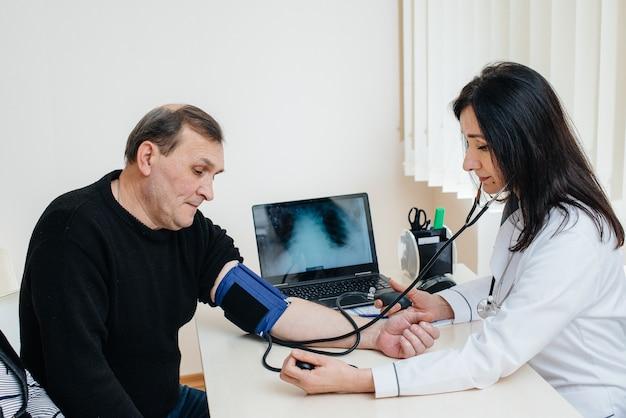 高齢者のカップルが医療センターで健康診断を行っています。医学とヘルスケア