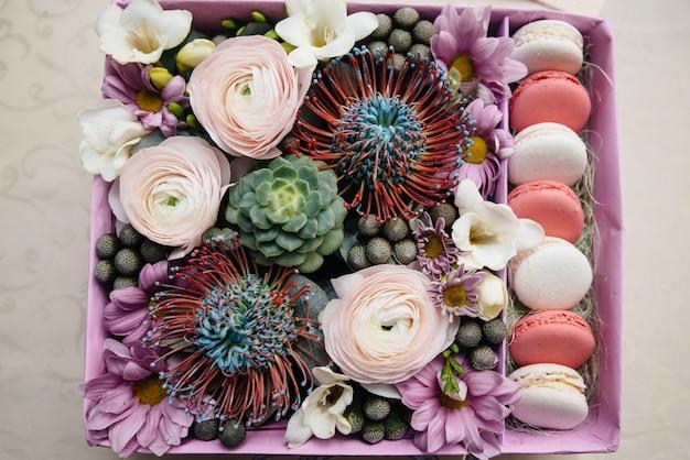 Красивый стильный свадебный букет крупным планом в праздничной коробке. свадебная флористика
