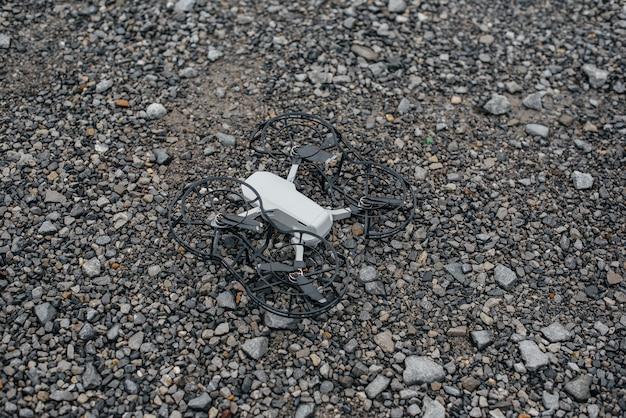 砂利でドローンをテストおよび飛行するための準備。カスタマイズ。
