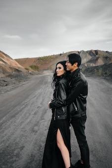 Азиатская пара в любви в черной кожаной одежде, прогулки на природе. стиль, мода, любовь