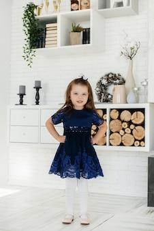 小さな女の子は家で休日を祝います。