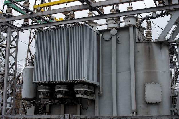 変電所の電源トランス。パワー工学。業界