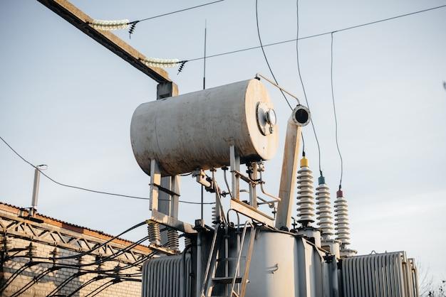 変電所の電源トランスの拡張タンク。エネルギーと産業。