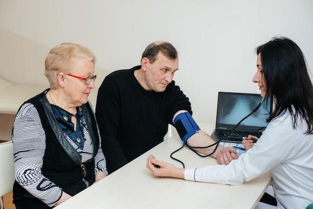 高齢者のカップルが医療センターで健康診断を行っています。医学とヘルスケア。