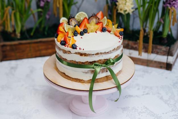 Красивая и вкусная диетическая выпечка для праздничного мероприятия крупным планом. десерт и торт.
