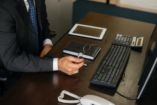 Крупный план рабочего стола менеджера. офис