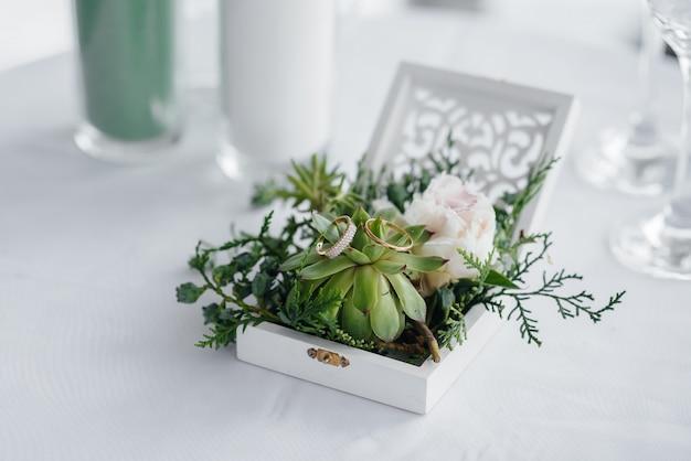 結婚指輪の美しいボックス。結婚式。アクセサリー