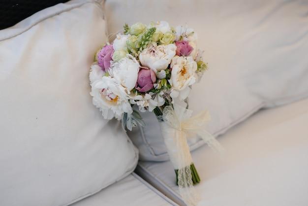美しいスタイリッシュな花束がテーブルのクローズアップに立っています。