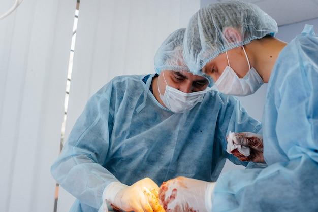 現代の手術室での手術、患者の緊急救助および蘇生。薬と手術。