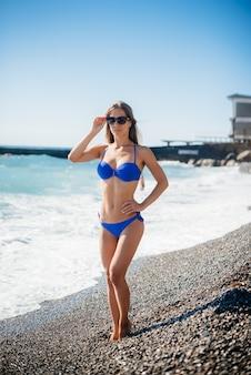 Молодая сексуальная девушка отдыхает на берегу океана в солнечный день. отдых, туризм.