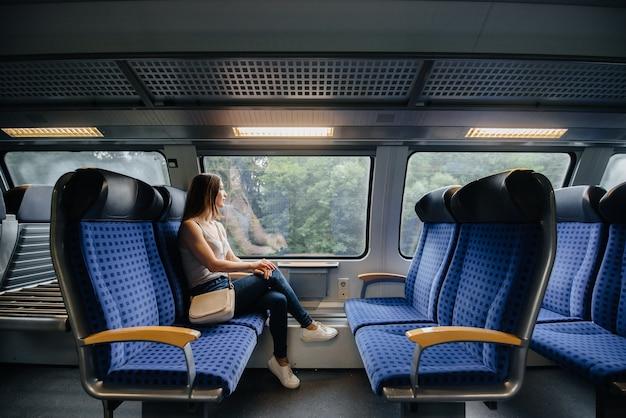 美しい少女は電車で旅行しています。トリップ。輸送。