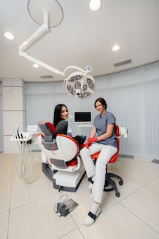 Стоматолог проводит обследование и консультацию пациента. стоматология.