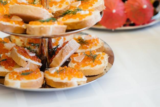 Закуски к праздничному столу, бутерброды с икрой.
