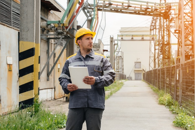 エネルギーエンジニアは、変電所の機器を検査します。