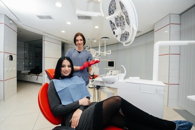 医者は患者の顎のギプスを見せます。歯科