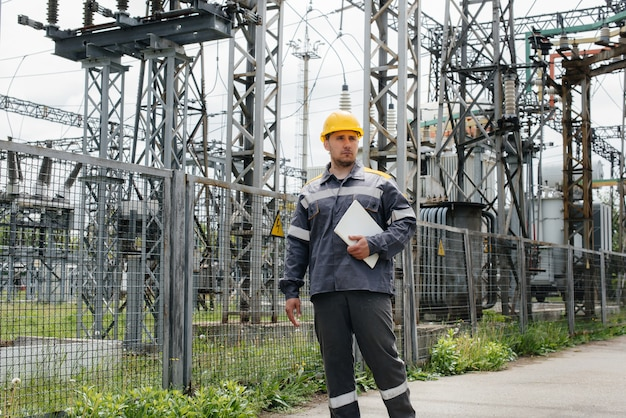 エンジニアの従業員が、最新の変電所の見学と検査を行います。