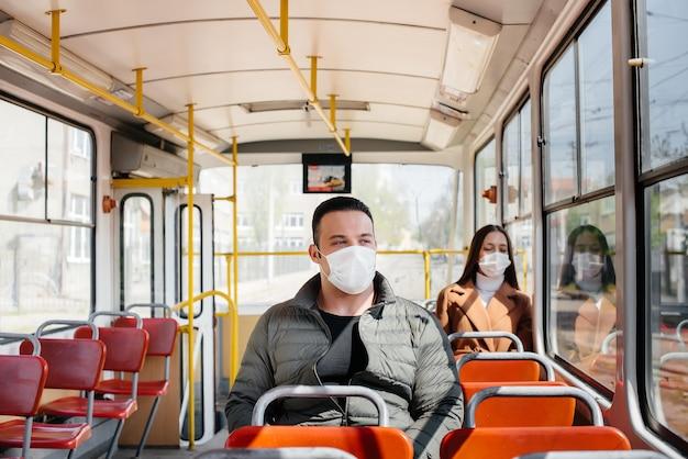 コロナウイルスのパンデミックの最中に公共交通機関を利用する乗客は、お互いの距離を保っています。
