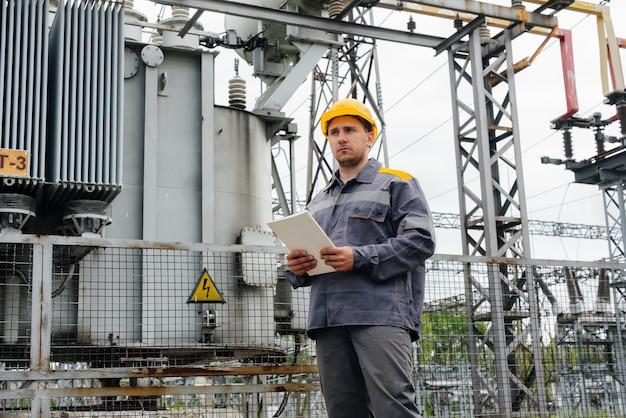 エネルギーエンジニアが変電所の設備を検査