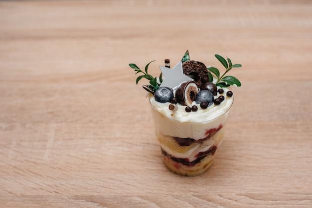 Красивая и аппетитная мелочь крупным планом на столе с местом для подписи. торт.
