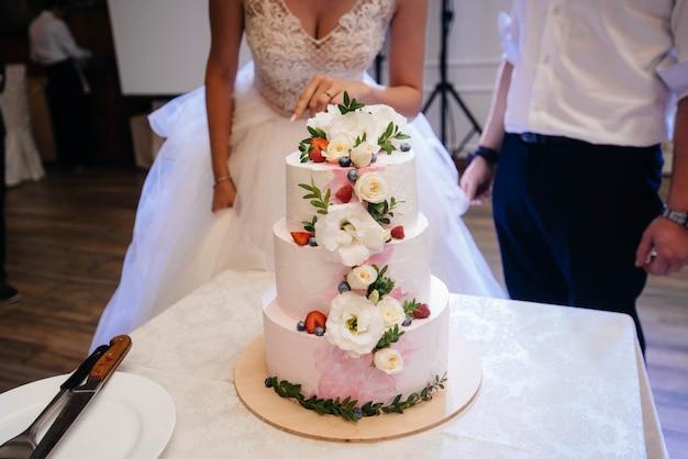 День рождения торт на банкете крупным планом. десерт.