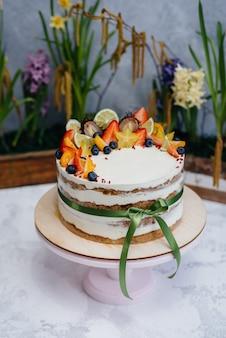 お祝いイベントのクローズアップのための美しく、おいしいダイエットケーキ。デザートとケーキ。