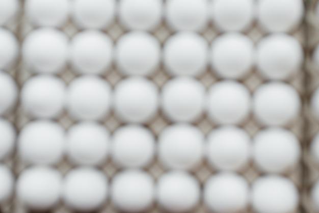 段ボールの形に白い新鮮な卵のクローズアップのトレイ。農業産業。