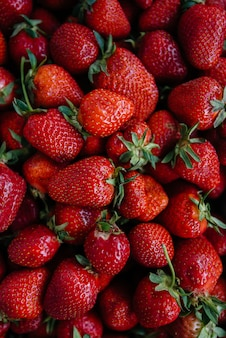 Спелые свежие клубники крупным планом в контейнере для продажи. здоровая диета.