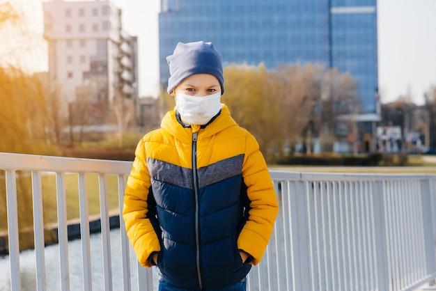 Мальчик с маской стоит на улице