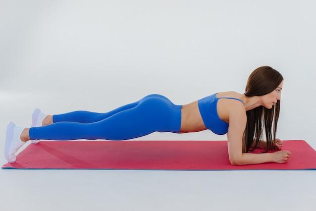 Сексуальная молодая женщина выполняет спортивные упражнения. фитнес, здоровый образ жизни.