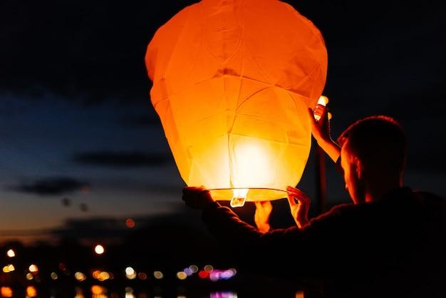 Вечером, на закате, люди со своими родственниками и друзьями запускают традиционные фонари. традиции и путешествия.