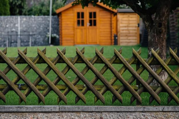 小さな村にある木で作られた美しいフェンス。フェンシング。プロット。