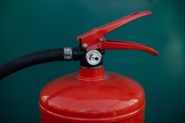 赤い消火器のハンドル。火。緊急
