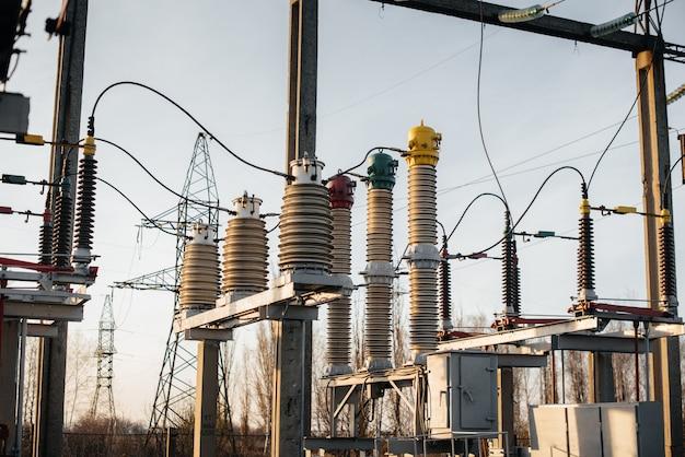 電気変電設備。変圧器、断路器。パワー工学