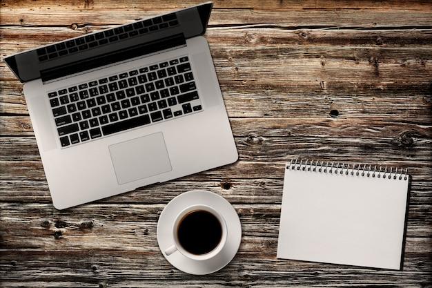 Современный ноутбук и календарь