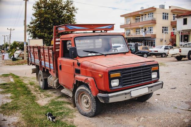 Старый грузовой вагон на улице возле дома. дорога. индейка. закройте грузовик.