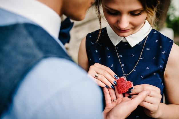 Романтическая пара на день святого валентина. мужчина и женщина руки, держа сердце