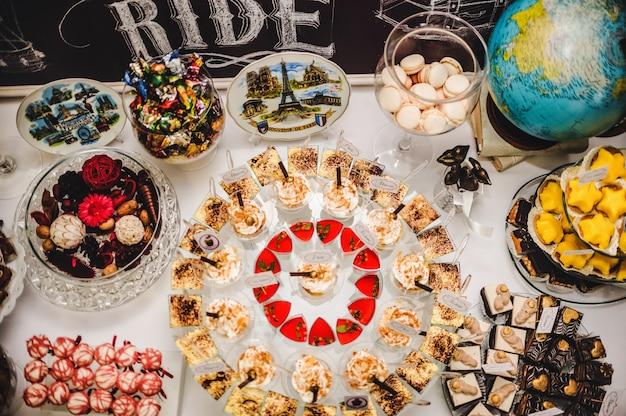 Красочный стол со сладостями и вкусностями для свадьбы