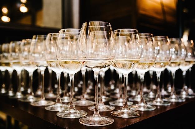 テーブルの上の白ワインのガラス。フルシェット。