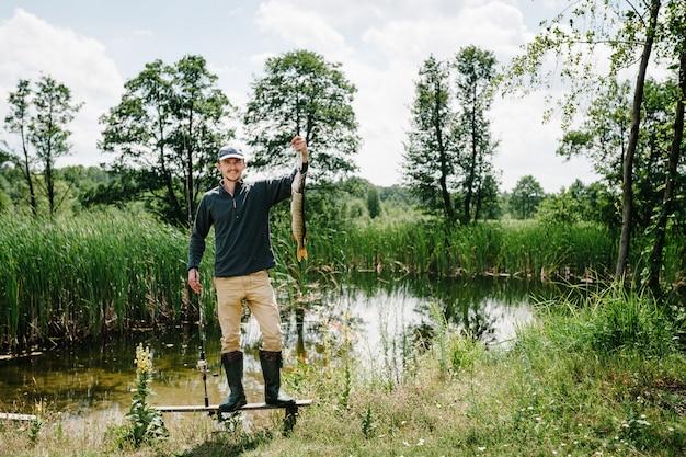 釣りの背景。良いキャッチ。トロフィーの魚。