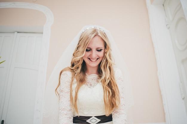 Стильная элегантная счастливая и улыбающаяся невеста.