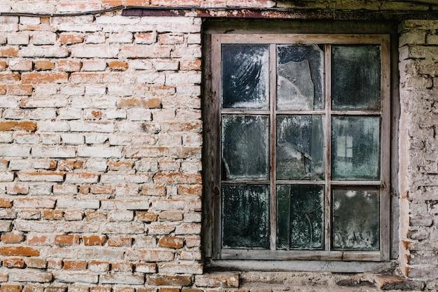 Кирпичная стена, текстура, фон с деревянным окном