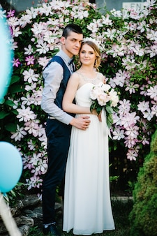 牡丹と新郎の花束とスタイリッシュな花嫁。