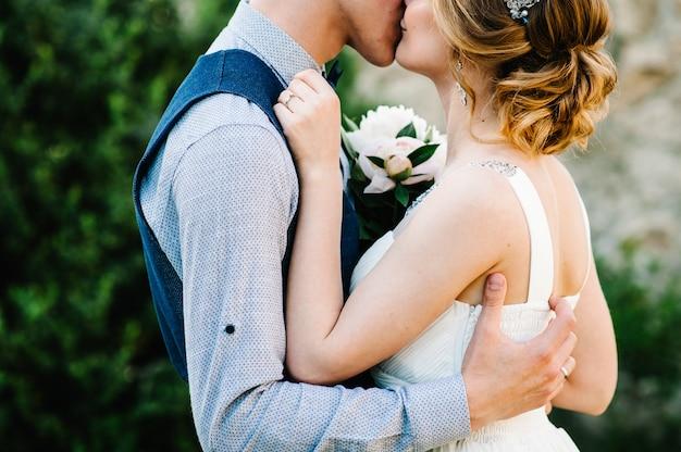 牡丹と新郎の花束とスタイリッシュな幸せな花嫁。