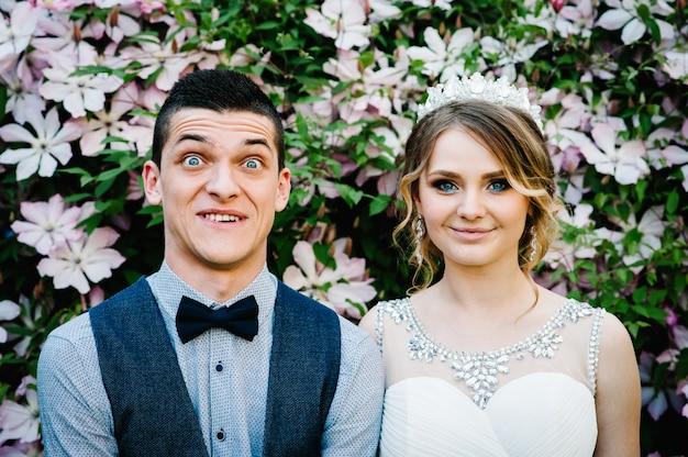 クラウンと新郎のスタイリッシュな幸せな肖像画の花嫁。